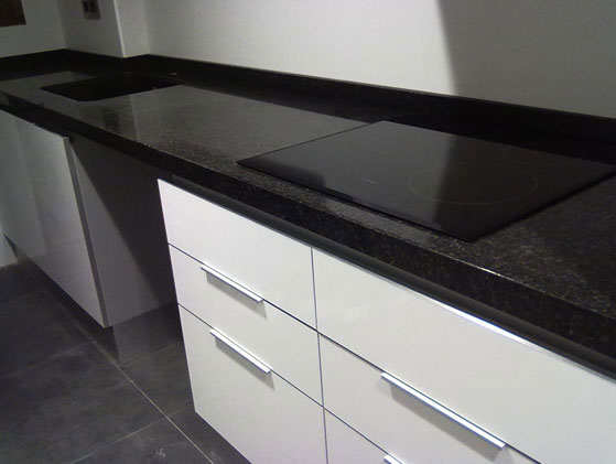 Granito negro absoluto for Cubiertas de granito precios